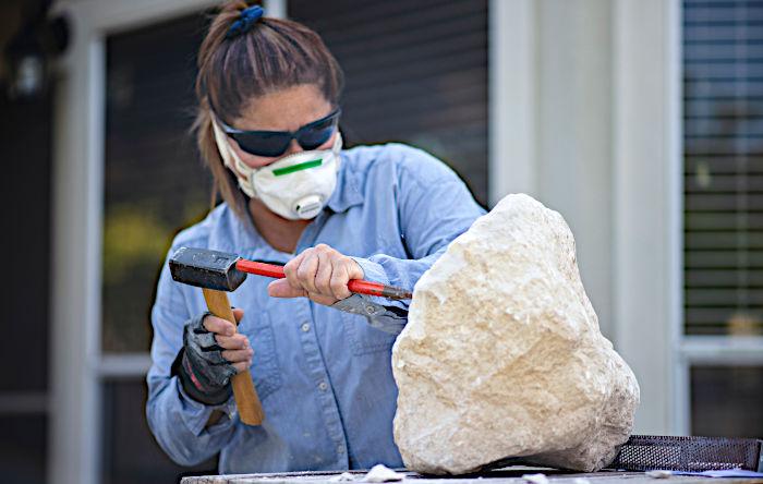 Neisa Guerra sculpting on stone